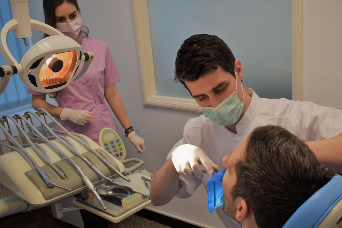 https://www.easydentcraiova.ro/imagini/Adrian Stefan Stanusi cu un pacient