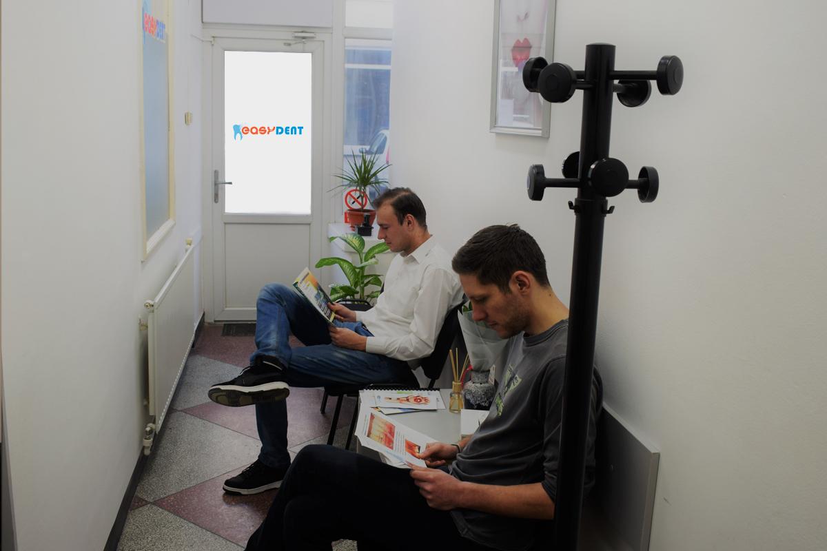 https://www.easydentcraiova.ro/imagini/Andreea Stanusi cu un pacient